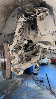 Диагностика и ремонт подвески. Работа по замене амортизатора на Toyota.